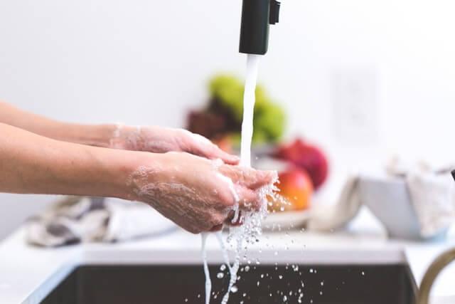 Se laver les mains en cuisine