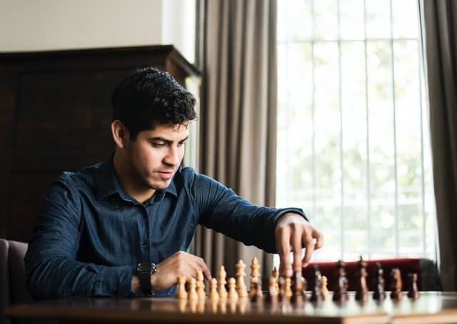 Jeune homme jouant aux échecs