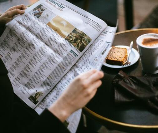 Lecteur au café lisant le journal