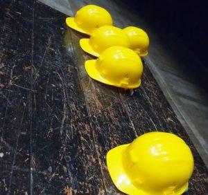 Travail en intérim et casques de chantier