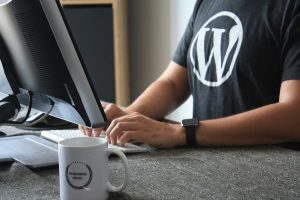 homme au bureau qui porte un tee-shirt wordpress
