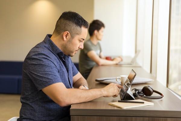 Homme naviguant sur une tablette