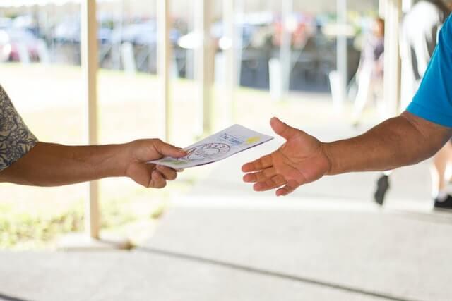 Distribution de flyer de main à main
