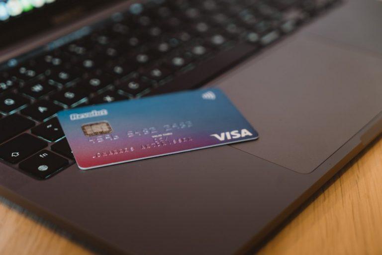 carte bancaire posée sur un ordinateur portable