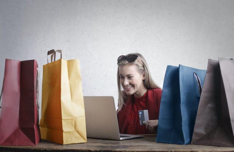 femme qui fait du shopping depuis son ordinateur