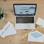 ordinateur et papiers marketing