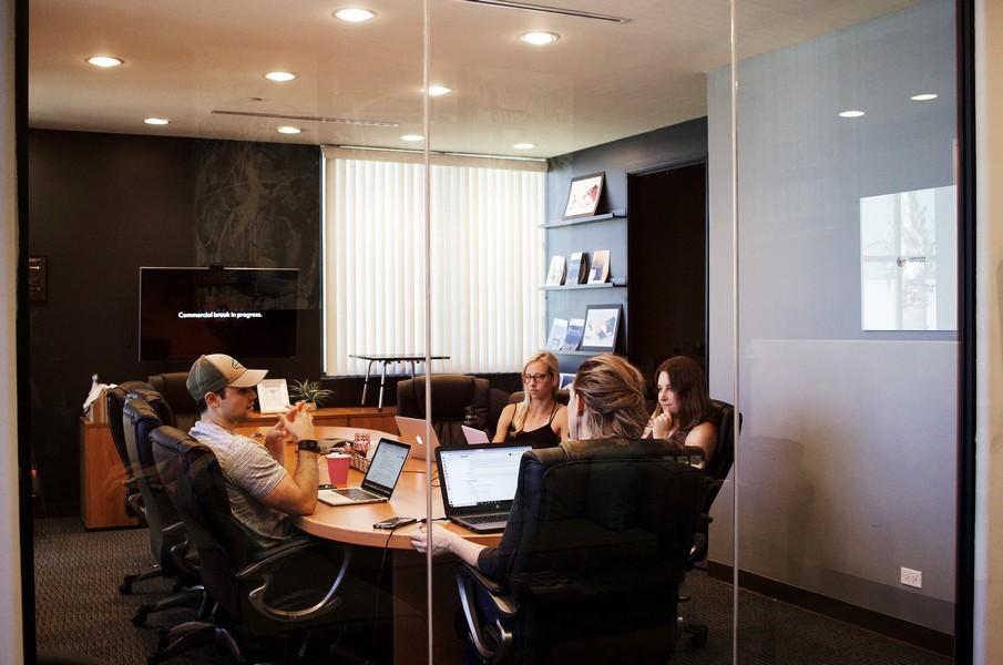employés dans un bureau