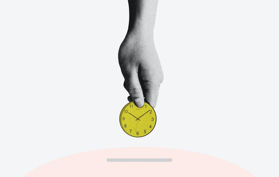 main qui tient une horloge