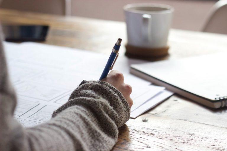 personnes qui étudie et écrit sur un papier