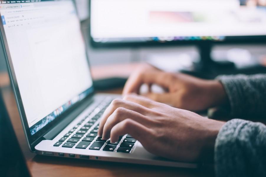 personne qui écrit sur un clavier