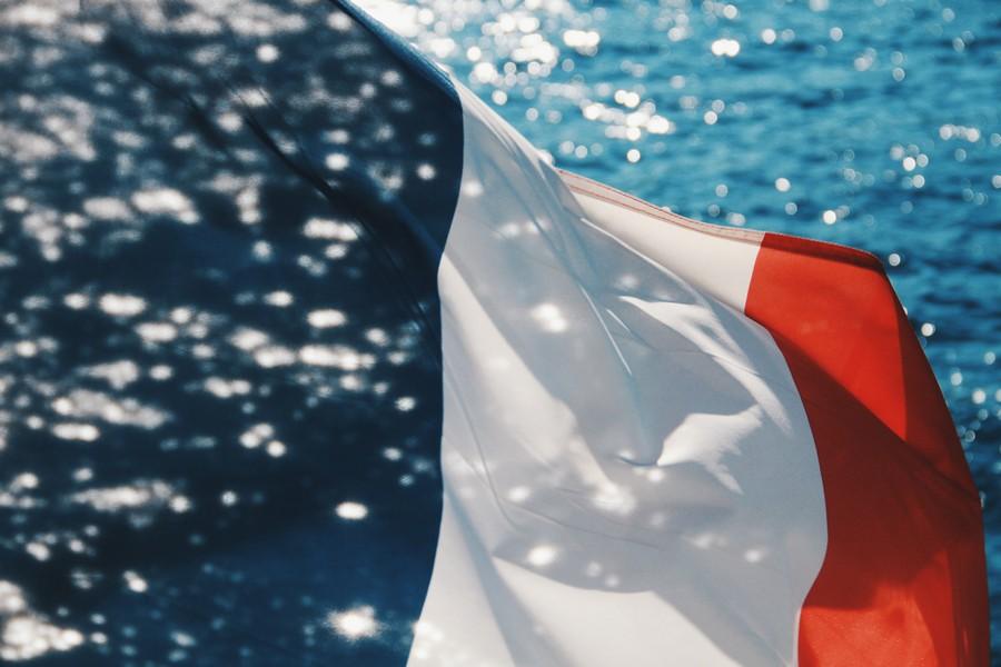 drapeau français avec arrière plan sur la mer
