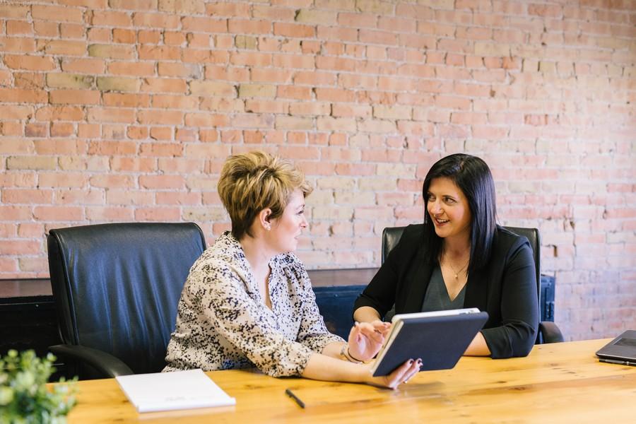 manager qui parler avec un collaborateur