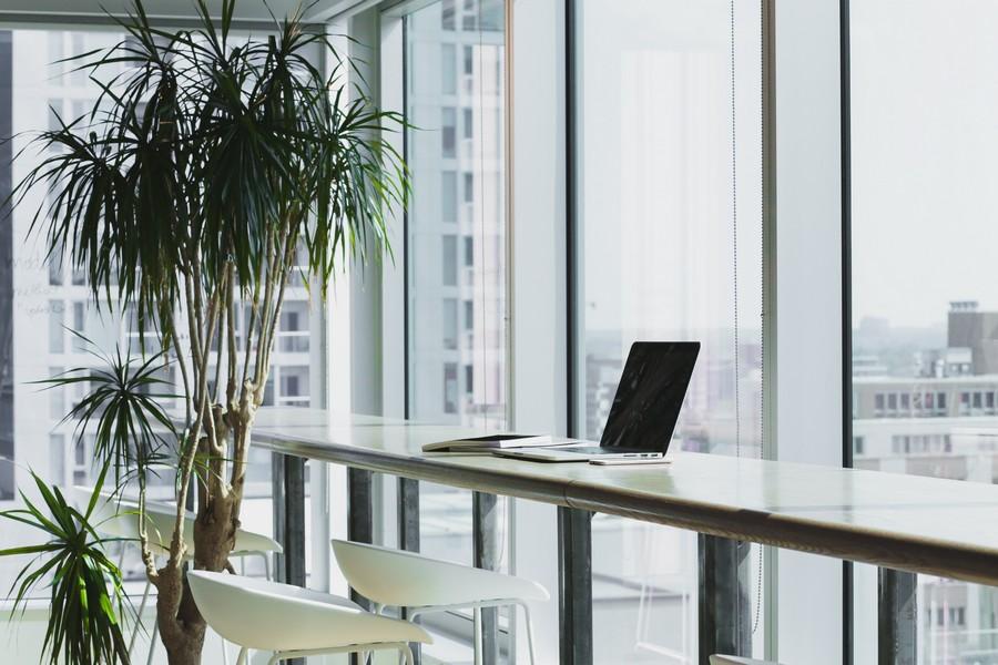 ordinateur portable sur un bureau