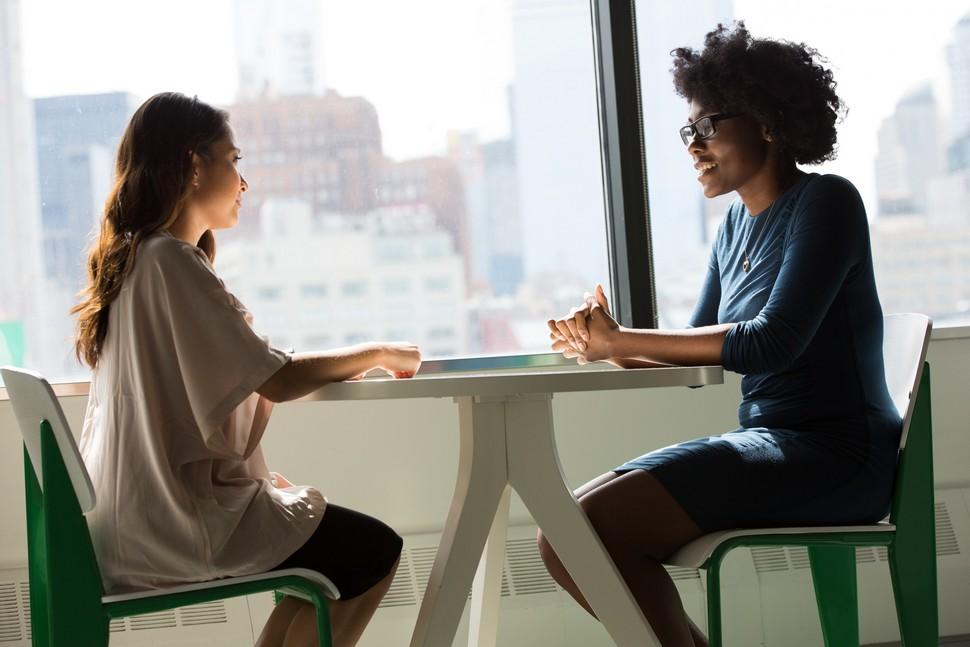 deux femmes attablées qui passent un entretien