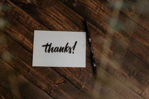 enveloppe et stylo avec l'inscription thanks