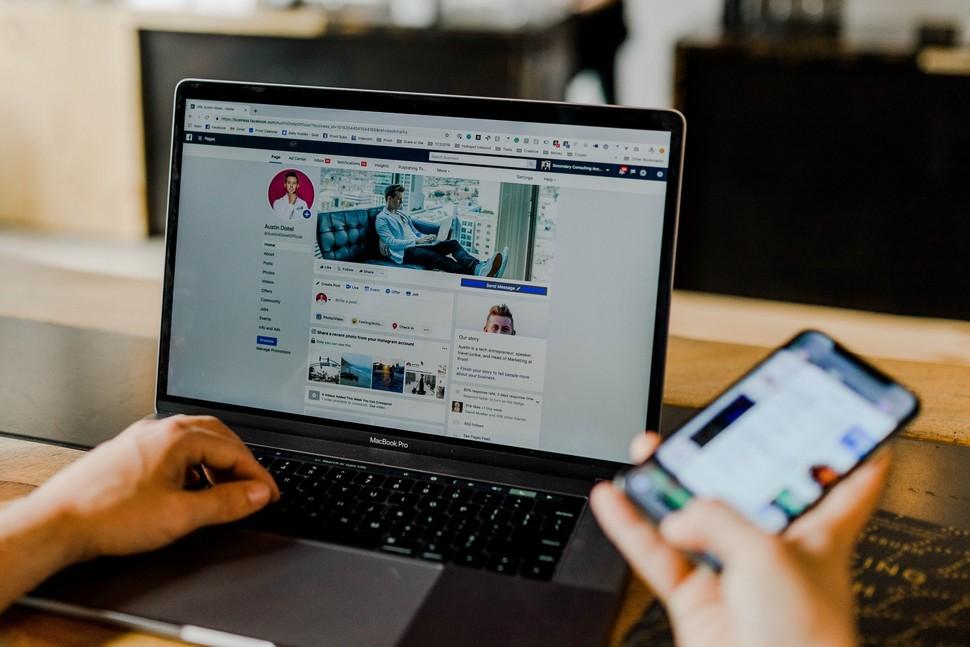 homme connecté à Facebook sur son ordinateur et portable