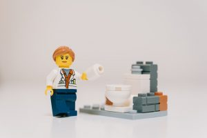 personnage Lego qui est aux toilettes