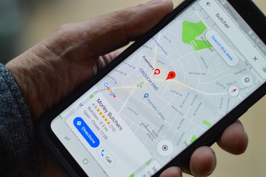téléphone portable avec une fiche google maps ouverte