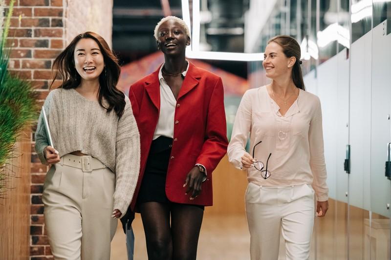 femmes au travail qui marchent en souriant