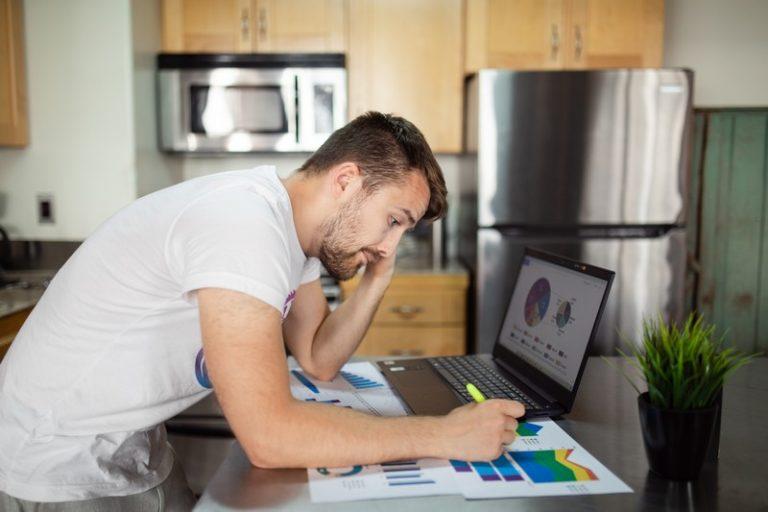 homme qui travaille dans une cuisine