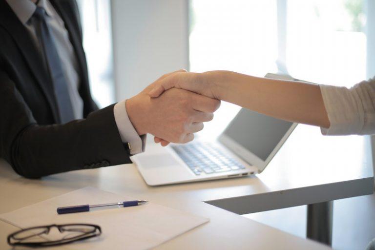 poignée de main entre un employé et un patron